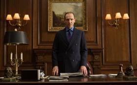 Обои стол, лампы, картина, костюм, кабинет, Ralph Fiennes, Рэйф Файнс