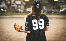 Обои девушка, бейсбол, тату, форма, перчатка, татуировки, бейсболка