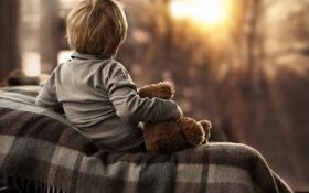 Обои одиночество, игрушка, окно, ребёнок