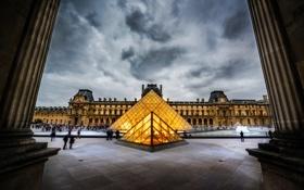 Обои небо, город, люди, пасмурно, Франция, Париж, Лувр