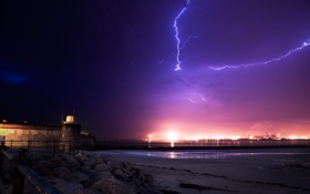 Обои город, море, свет, молния, вечер, гроза, огни