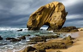 Картинка песок, море, волны, пляж, тучи, скала, камни
