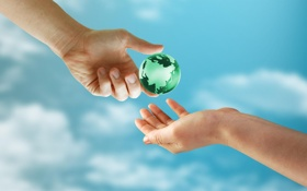 Картинка небо, облака, фон, земля, шар, руки, пальцы