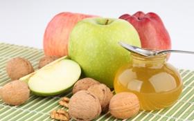Обои мёд, ложка, баночка, яблоки, грецкие орехи, фрукты