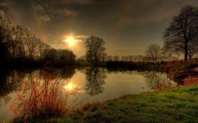 Обои закат, облака, деревья, природа, блики, дымка, озеро