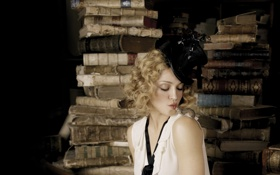 Обои взгляд, лицо, фон, книги, шляпа, мышка, актриса