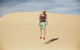Обои пустыня, тень, мужчина, татуировки, сухая, солнечная, плавающий