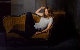 Обои диван, часы, значок, сапоги, актриса, футболка, сериал