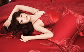 beauty,cute girl,smile,red,bed,pillows,dress,hair,девушка,улыбка,кровать,подушки,красное платье,узоры,волосы обои
