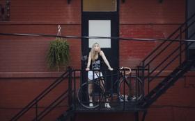 Картинка девушка, велосипед, майка, лестница, юбочка, жевательная резинка