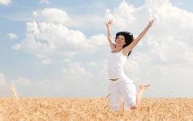 Картинка поле, небо, девушка, облака, радость, юбка, смех