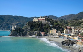 Обои пляж, горы, скалы, поезд, дома, городок, италия