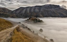 Обои Умбрия, поселок, Castelluccio, туман, холмы, горы, Италия