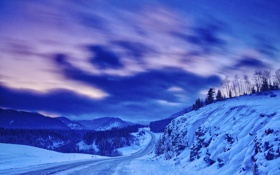 Обои зима, дорога, небо, облака, снег, горы, вечер