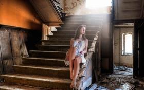 Картинка девушка, одиночество, здание, разруха