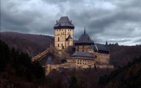 Обои лес, пейзаж, холмы, Чехия, пасмурно, Karlstejn Castle, замок