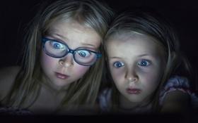 Обои девочки, удивление, освещение, очки