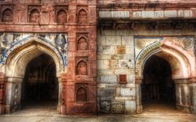 Обои город, стена, дверь, арка, древность