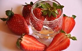 Картинка клубника, земляника, вода, рюмка, макро, ягоды