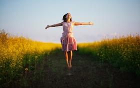 Обои поле, девушка, прыжок, шатенка
