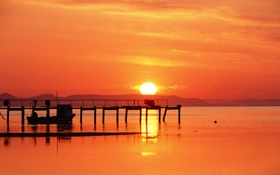 Обои солнце, закат, лодка, Океан, причал