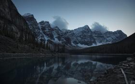 Картинка снег, горы, река, берег, вершины, вечер, сумерки