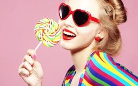 Обои девушка, леденец, сладкое, очки, сердечки