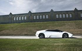 Обои трава, здания, фото, машина, тачки, машины, lp640 roadster
