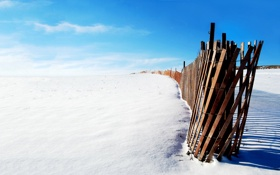 Обои зима, снег, забор, палки, солнечно, деревяшки