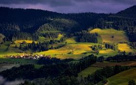 Обои поселок, дома, небо, деревья, горы, свет, тучи