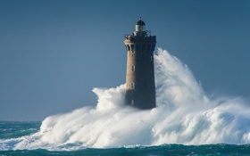 Обои море, брызги, шторм, маяк, башня