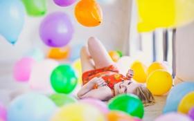 Обои смеется, воздушные шарики, блондинка, смех, лежит, поза