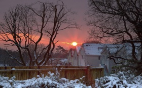 Картинка зима, снег, закат, дома, солнце
