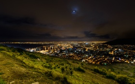 Картинка зелень, трава, ночь, город, огни, гора, холм