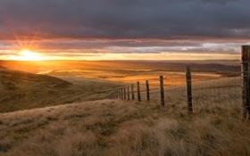 Обои солнце, холмы, поля, утро, ограда, склон, восхоод