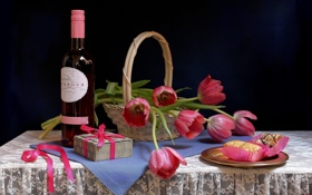 Картинка подарок, вино, корзина, тарелка, розовое, лента, тюльпаны