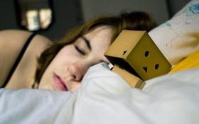 Обои девушка, коробка, кровать, сон, подушка, одеяло, danbo