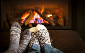 Картинка romantic, comfort, home, fireplace, socks, feet, relaxing