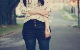 Обои девушка, шорты, браслет, рубашка