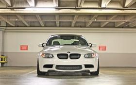 Обои белый, свет, bmw, парковка, white, передок, e92