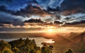 Картинка небо, солнце, облака, деревья, закат, горы, озеро