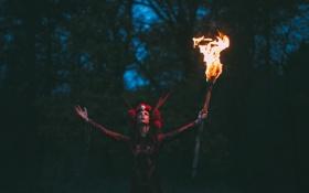 Картинка девушка, факел, сумерки
