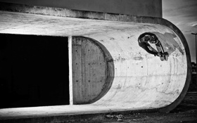 Обои скейтборд, строительство, тень, черный и белый, бетон, скейтбординг, экстремальный спорт