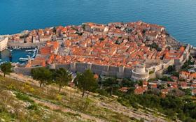 Обои крыша, море, пейзаж, стена, дома, склон, крепость