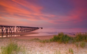 Картинка пляж, трава, тучи, мост, природа, океан, побережье