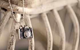 Обои металл, фотоаппарат, цепочка, подвеска