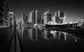 Обои вода, здания, чёрно-белое, причал, ч/б