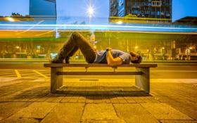 Картинка скамейка, город, улица, здания, фонари, мужчина, магазины