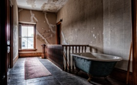 Обои окно, лестница, ванна