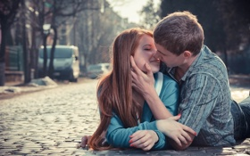Обои девушка, поцелуй, брусчатка, парень, парочка